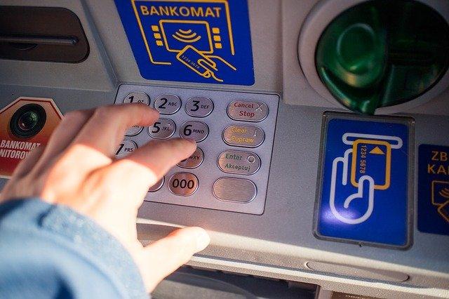 výběr z bankomatu.jpg