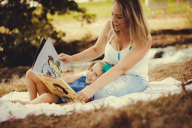 matka a dcera s knihou.jpg