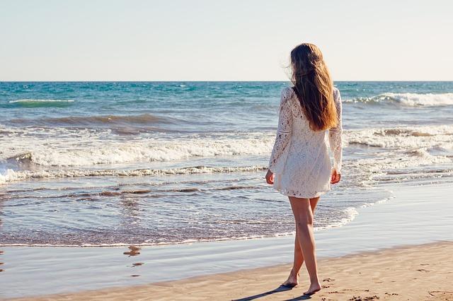 mladá žena na břehu