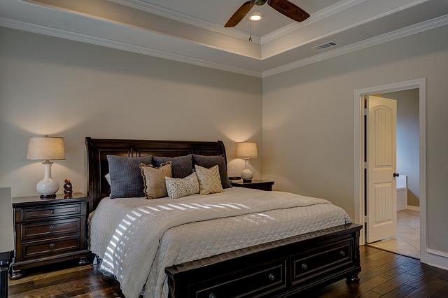 ventilátor nad postelí